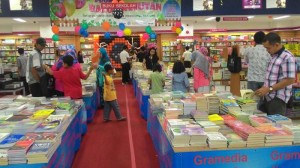 foto berita 2 toko buku gramedia juga