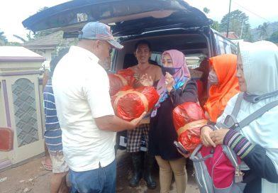 Firmansyah-Bustomi Salurkan Baju Layak Pakai ke Korban Banjir