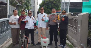 Bhabinkamtibmas Jagabaya 3 Bripka Rusdi Prakarsai Semprot Disinfektan Cegah Corona