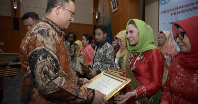 Yustin Ficardo Terima Penghargaan Bunda PAUD Tingkat Nasional